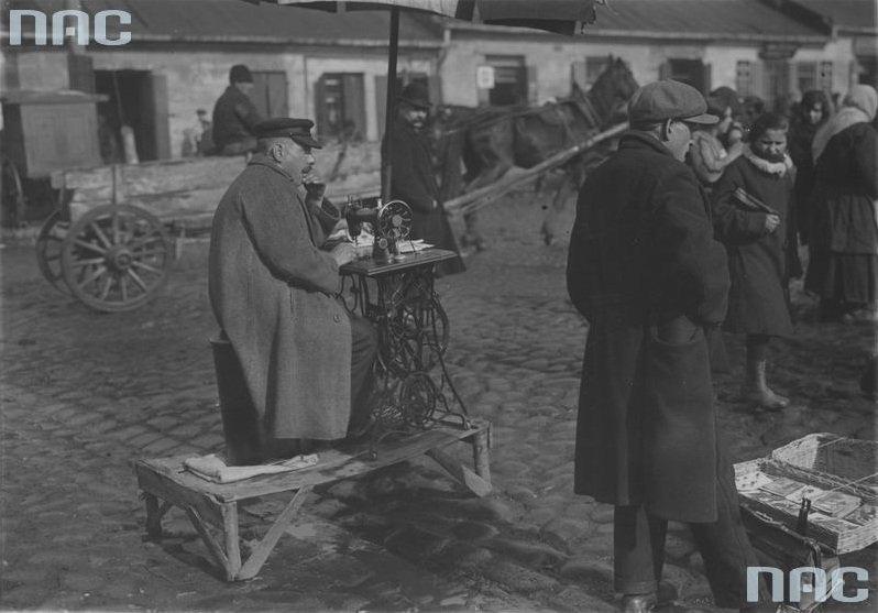 Krawiec uliczny na pl. Kercelego (Kercelaku). Widoczna maszyna do szycia firmy Singer