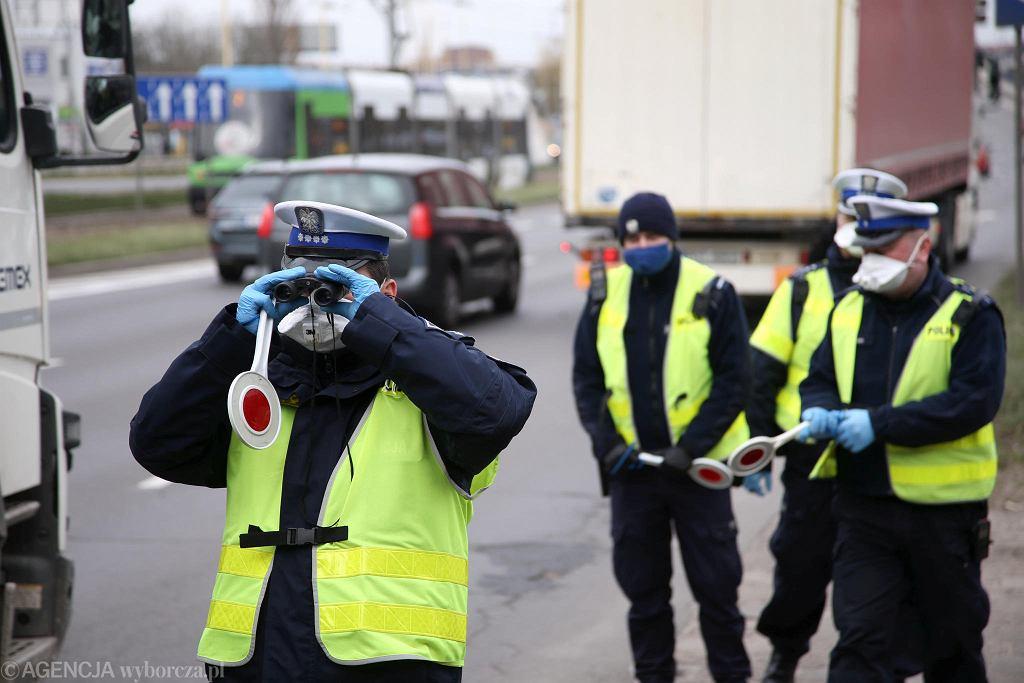 Policja i żandarmeria wojskowa kontroluje busy, pojazdy i samochody w których może znajdować się po kilka osób. Funkcjonariusze pytają o przyczynę i sens podróży po zaostrzeniu przepisow dot. nakazu pozostania w domach ( w zwiazku z walka z pandemią koronawirusa). Szczecin, 1 kwietnia 2020