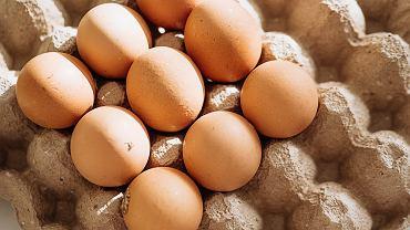 Jak rozbić jajko na dwie równe części?