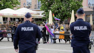 Przed białostockim ratuszem obchodzono Międzynarodowy Dzień Przeciwko Homofobii, Transfobii i Bifobii