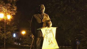 Napisy 'Konstytucja' na pomnikach