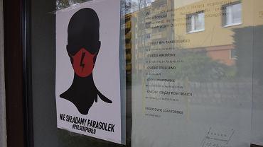 Plakat 'Czarnego protestu' zawieszony w poniedziałek na osiedlu Arkońskim w Szczecinie
