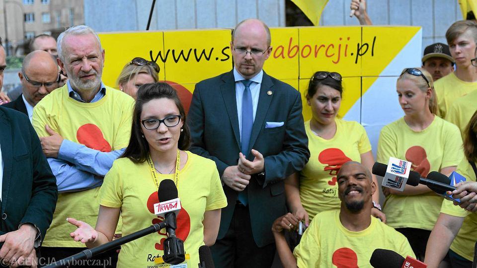 Mariusz Dzierżawski z Fundacji Pro - prawo do życia (z lewej) i prezes Ordo Iuris Jerzy Kwaśniewski (w środku) podczas konferencji komitetu inicjatywy ustawodawczej Stop Aborcji. Warszawa, 5 lipca 2016 r.