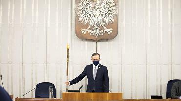 Marszałek Senatu otwiera 10. posiedzenie Senatu.  Senatorowie rozpatrują m.in. ustawę o szczególnych zasadach przeprowadzania wyborów powszechnych na Prezydenta Rzeczypospolitej Polskiej zarządzonych w 2020 r.