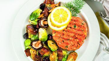 Do steku z łososia pasować będzie nie tylko brukselka, ale też szpinak z prażonymi migdałami czy pory w sosie winegret