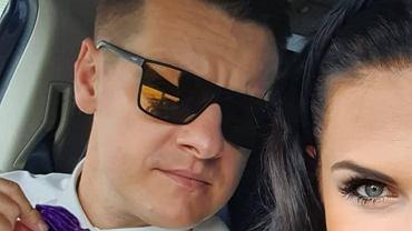 Marcin Mroczek z żoną wybrali się na wesele. Ich stroje? Przepiękne! Uwagę zwraca jednak coś innego.