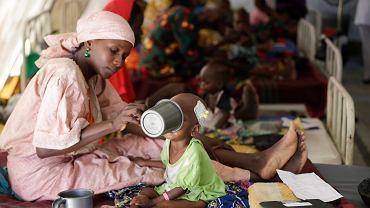 Nigeria, matka karmi swoje niedożywione dziecko w ośrodku Lekarzy Bez Granic