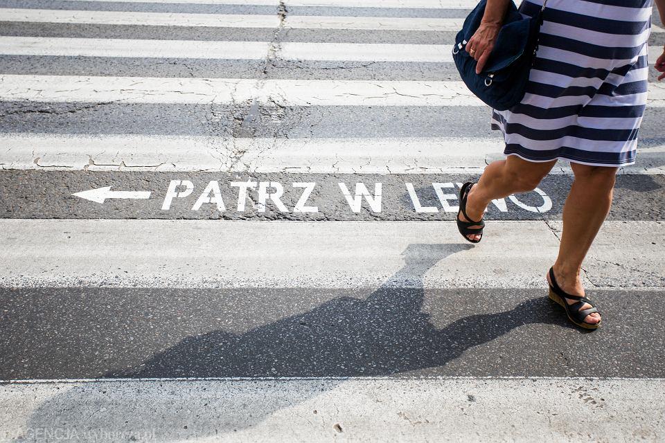 Przy przejściach dla pieszych pojawiło się dodatkowe oznakowanie