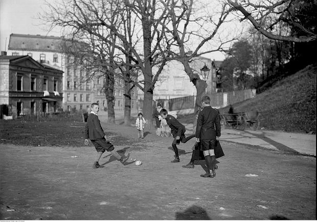 Uczniowie grają w piłkę na ul. Powiśle pod Wawelem. Październik 1928