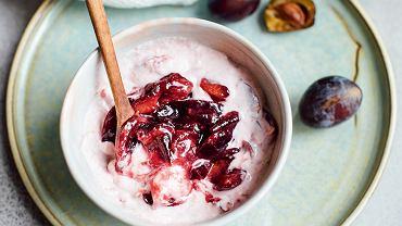Jogurt z duszonymi śliwkami