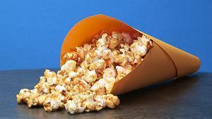 Karmelowy popcorn do kina domowego