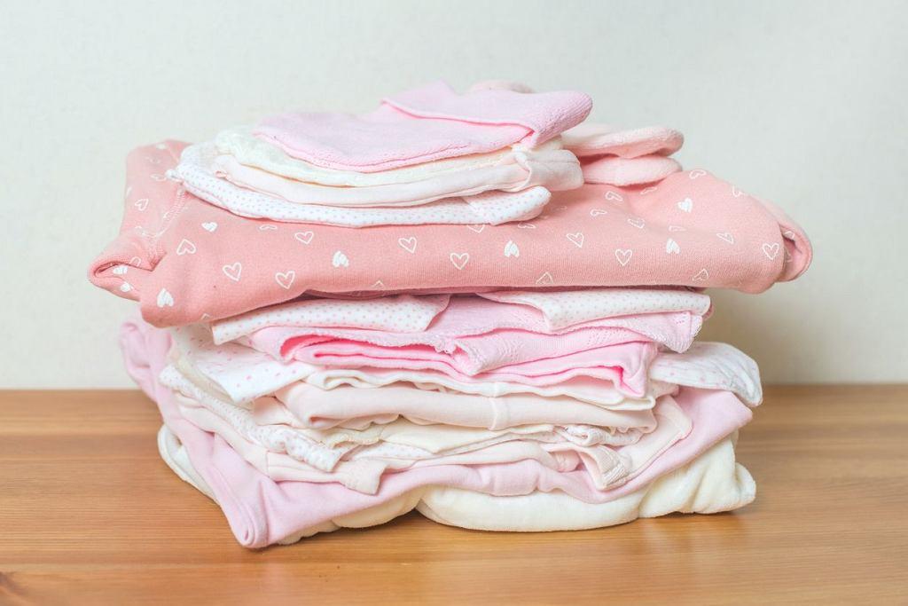 Śpioszki dla niemowląt to wciąż jeden z podstawowych elementów dziecięcej garderoby.
