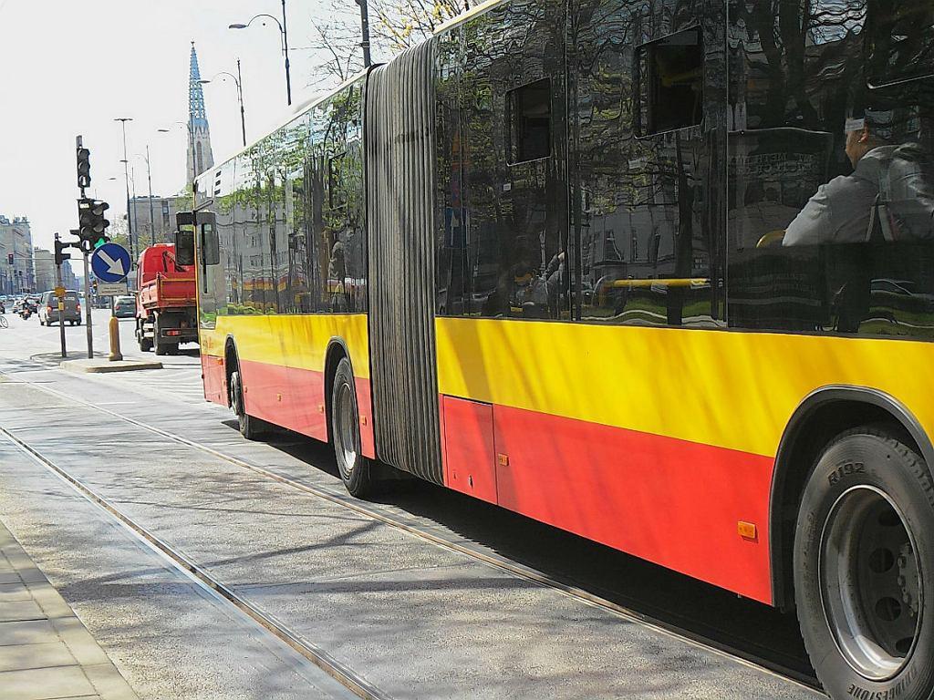 Autobus komunikacji miejskiej w Warszawie.
