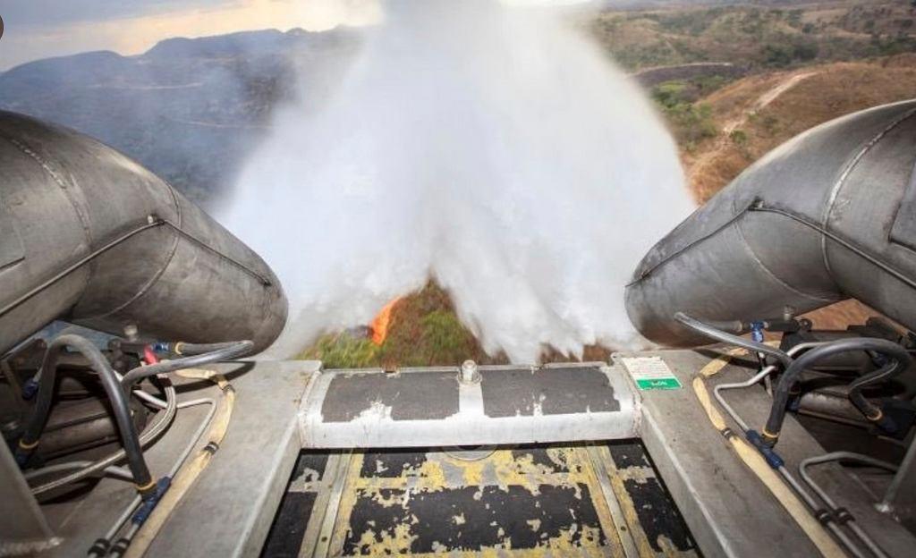 Brazylia. Pożary lasów w Amazonii. Samolot Hercules C-130 zrzuca wodę.