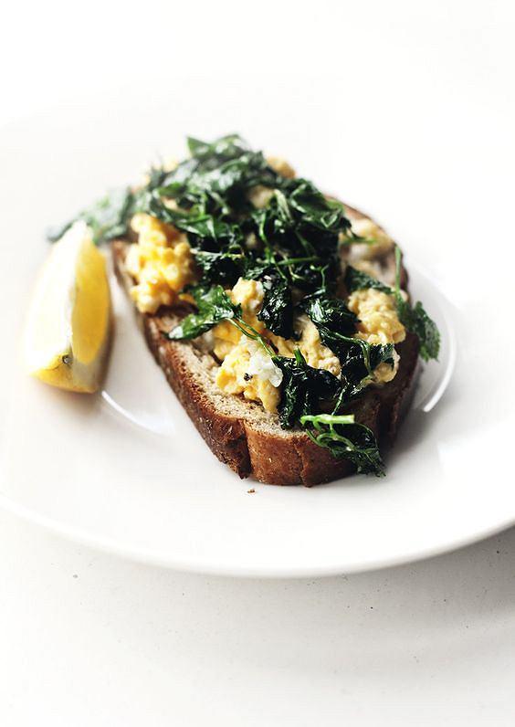 Jajecznica z tostem pełnoziarnistym