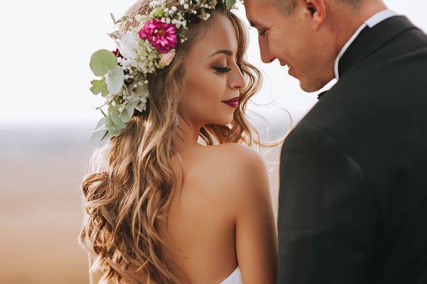 Lekkie fale w połączeniu z wiankiem to świetna i modna ślubna fryzura