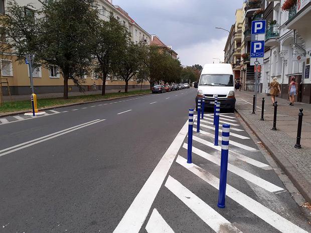 Dodatkowe słupki blokujące możliwość parkowania na martwych polach przy przejściu dla pieszych