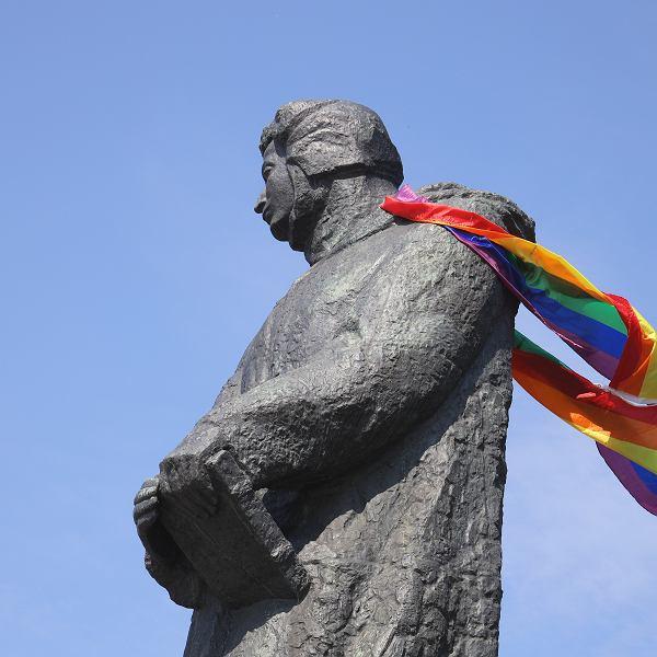 Tęczowa flaga na pomniku Adama Mickiewicza w Poznaniu