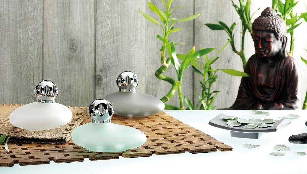 Marka Lampe Berger Paris liczy sobie ponad 100 lat. Lampa zapachowa wynaleziona przez francuskiego aptekarza Maurice Bergera we Francji w latach 90. XIX wieku jest dziś obiektem rozpoznawanym przez entuzjastów eleganckich zapachów do wnętrz. Ambasadorką marki była niegdyś sama Coco Chanel, a projekty lamp dla manufaktury Berger tworzyli Galle i Lalique. Lampa porcelanowa Kamień, poj. 260 ml, cena: 200 zł, producent: Lampe Berger, sote6.lampeberger.com.pl