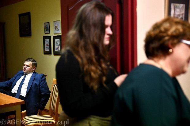Zdjęcie numer 5 w galerii - Wybory 2018. Nadzieja a potem smutek. Wieczór wyborczy w sztabie Wojciecha Skurkiewicza