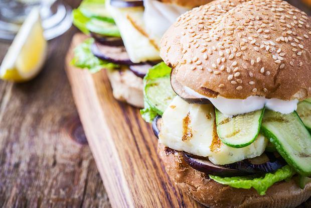 Domowe burgery z grillowanym serem halloumi i warzywami