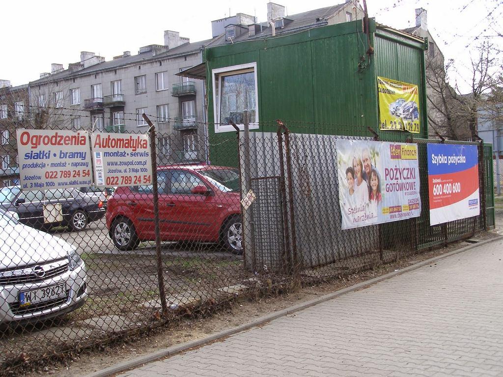 Tak jeszcze niedawno wyglądał parkan przy ul. Radzymińskiej