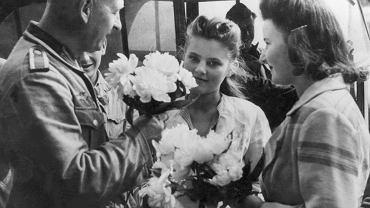 Kobiety i niemieccy żołnierze, Lwów, 1941 r.