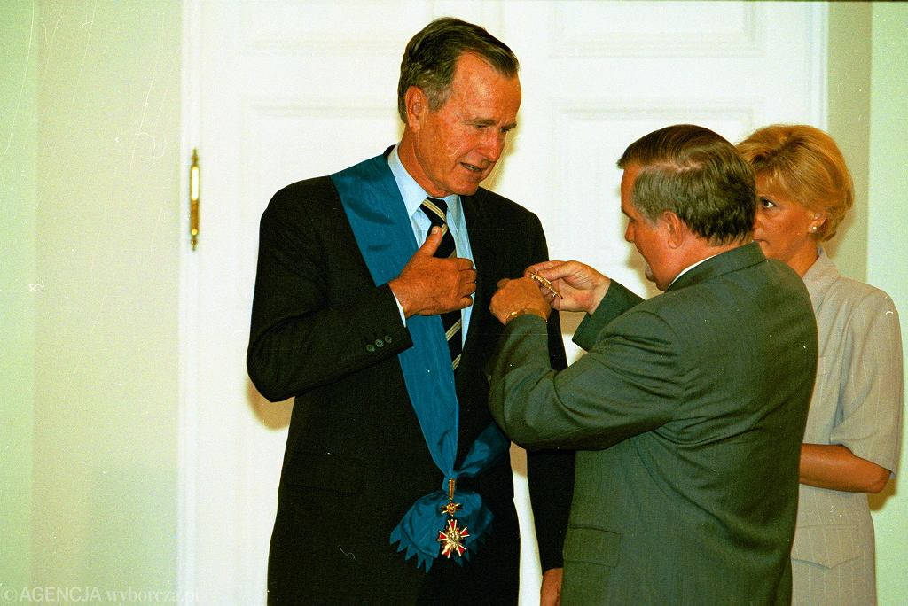 Prezydent RP Lech Wałęsa odznacza prezydenta Stanów Zjednoczonych George'a W.H. Busha Krzyżem Wielkim Orderu Zasługi RP, Warszawa, Pałac Prezydencki, 21 lipca 1995 r.