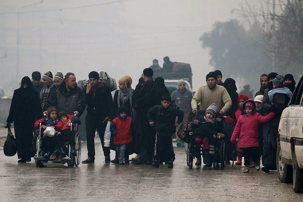Wbrew zapowiedziom mieszkańcom nie umożliwiono jeszcze opuszczenia zrujnowanego miasta. W Aleppo przebywa wciąż ok. 100 tys. osób, którym brakuje żywności i wody