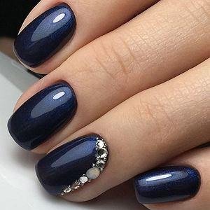 Granatowy manicure