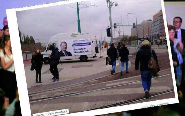 Kampanijny bus na środku chodnika