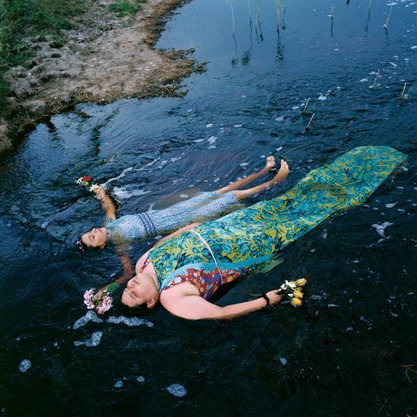 'Szóstego dnia' - fotograficzna opowieść Alessandry Sanguinetti o mieszkających na wsi Guille i Bellindzie. Ich zwierzętach, ziemi i snach