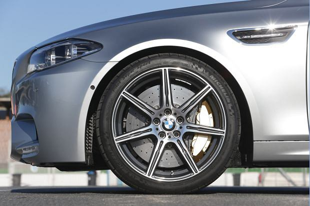 BMW M5 - Hamulce ceramiczne