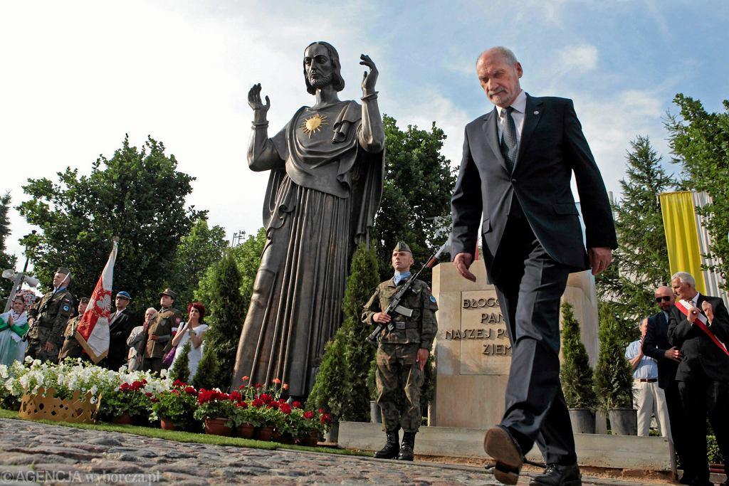 Szef MON Antoni Macierewicz podczas uroczystości poświęcenia pomnika Wdzięczności