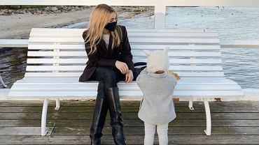 Kasia Tusk na jesiennym spacerze z córką