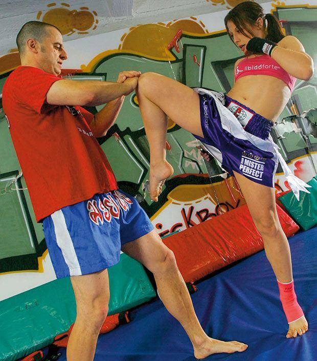 Mój pierwszy raz: sparing z mistrzynią muay thai, mój pierwszy raz, sztuki walki, Kopnięcie kolanem nogi zakrocznej. Częsta przyczyna nokautów w muay thai i K-1.