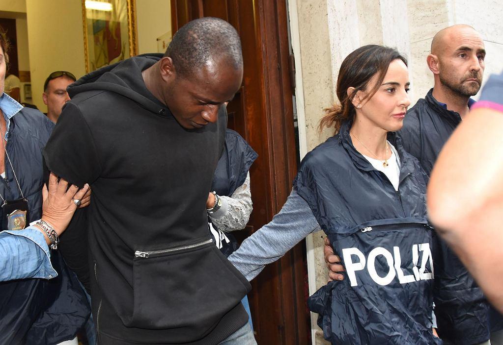 Kongijczyk Guerlin Butungu wyprowadzany przez policjantów