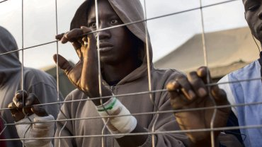 Imigrant z Afryki Subsaharyjskiej w tymczasowym obozie dla uchodźców  w hiszpańskiej enklawie w Melilli. 19 marca 2014 r.