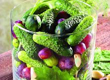 Ogórki małosolne z winogronami i fenkułem - ugotuj