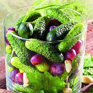 Ogórki małosolne z winogronami i fenkułem
