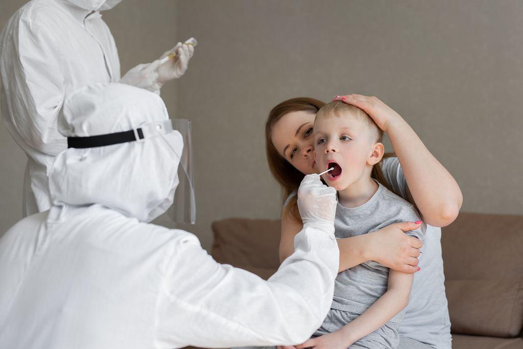 Przy rozpoznaniu PIMS potrzebne jest badanie dziecka - sprawdzenie stanu skóry, śluzówek.