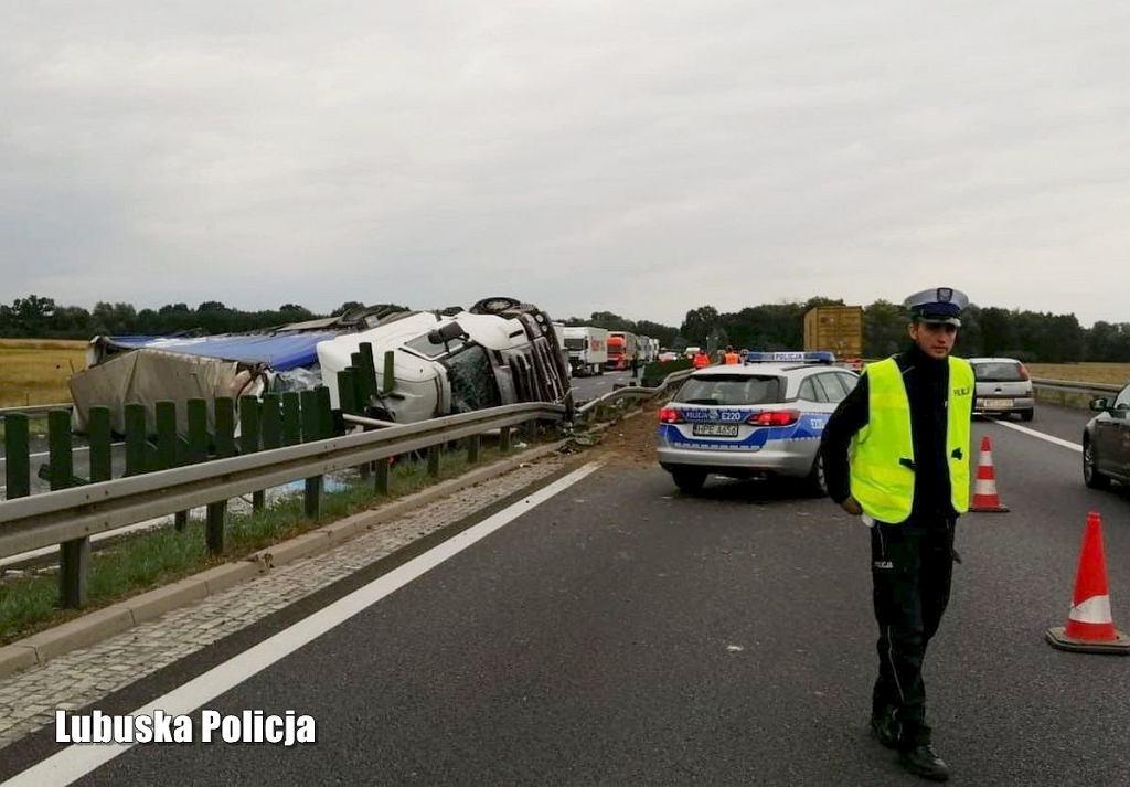 55-letni kierowca rozbił ciężarówkę na drodze S3, był kompletnie pijany. Leżący na ekspresówce tir zablokował przejazd na wiele godzin