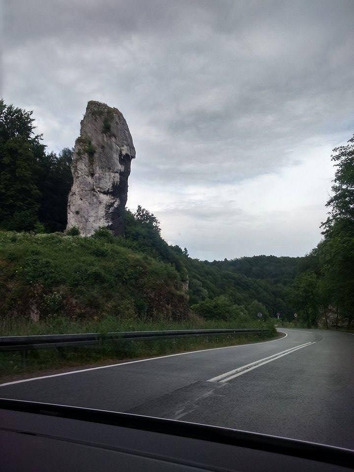 Maczuga - zwiedzana z samochodu, bo nastąpiło oberwanie chmury (Fot. Agnieszka Durska/ Foch.pl)
