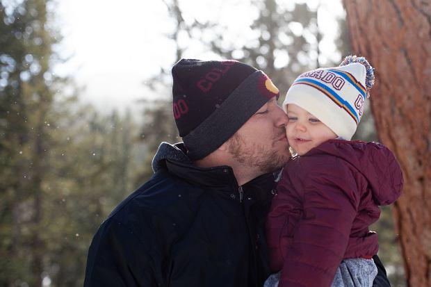 """Młodzi ojcowie w Polsce. Socjolog: Nie potrafią bawić się z córkami lalkami, bo to takie """"babskie zajęcie"""""""
