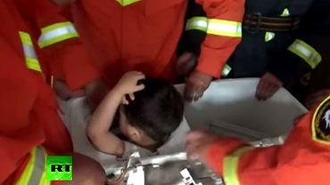 4-latek utknął w pralce
