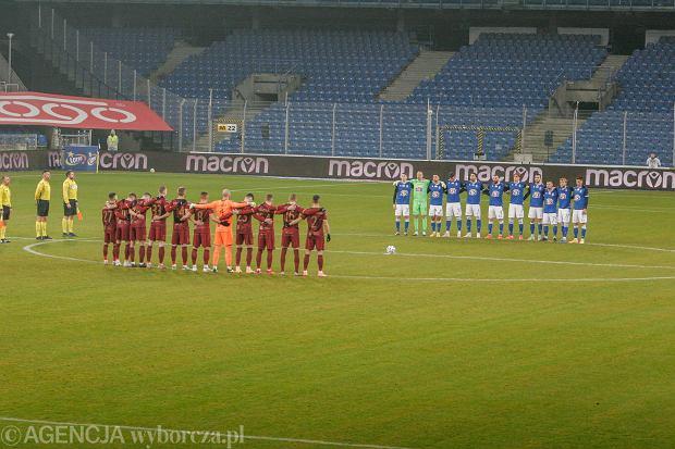 Piłkarze Lecha i Pogoni na pustym stadionie w Poznaniu, oddając cześć Eugeniuszowi Głozińskiemu