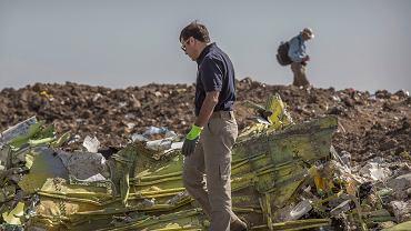 Śledczy na miejscu katastrofy boeinga B737 Max w Etiopii