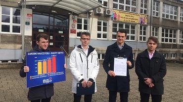 Młodzi Demokraci po szkołą przy ul. Rayskiego w Szczecinie