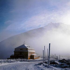 Schronisko górskie Dom Śląski to jedno znajbardziej atrakcyjnych miejsc wKarkonoszach, położone upodnóża Śnieżki na wysokości 1400m n.p.m., powyżej na szczycie - Wysokogórskie Obserwatorium Meteorologiczne.