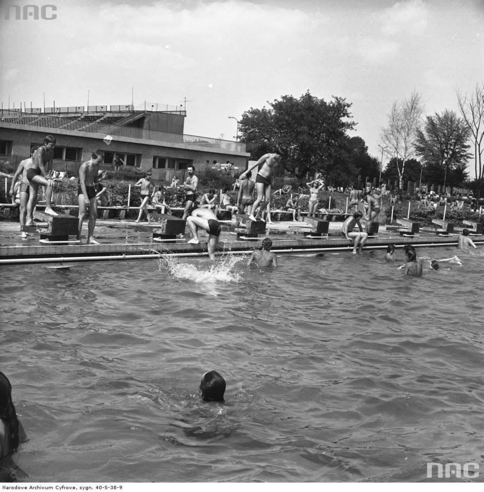 Kąpiący się na basenach RKS Skra przy ul. Wawelskiej 5 w Warszawie, 1976-07-17
